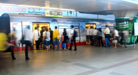 Bangkok BTS queue [640x480]