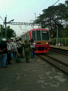 KRL Commuter Line yang ditunggu oleh KRL mania akhirnya datang.