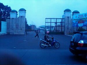 Gedung DPR yang agung, tempat wakil rakyat bergelut memperjuangkan kepentingan rakyat ck...ck...ck..