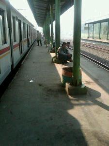 Sta perlu memberi kenyamanan penumpang yang menunggu KRL. Kursi memang mahal :)