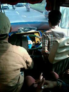 Tampak sopir bis santai sekali mengemudikan bisnya dengan gaya khasnya yaitu duduk miring ke jendela